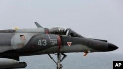 在波斯湾停靠的法国海军戴高乐号航空母舰上的法国战机 (2015年3月18日)