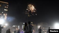 Sepasang kekasih merayakan malam Tahun Baru, di tengah wabah Covid-19, di Pantai Copacabana di Rio de Janeiro, Brazil, 1 Januari 2021. (Foto: REUTERS/Lucas Landau)
