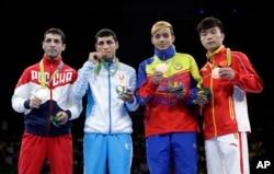 52 kg vazn toifasida Olimpiada g'oliblari (chapdan): rossiyalik Misha Aloyan (kumush), o'zbekistonlik Shahobiddin Zoirov (oltin) hamda venesuelalik Yoel Finol (bronza) va xitoylik Hu Sinjuan (bronza)