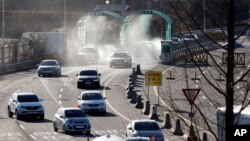 Xe cộ trở về Hàn Quốc từ khu công nghiệp Kaesong.