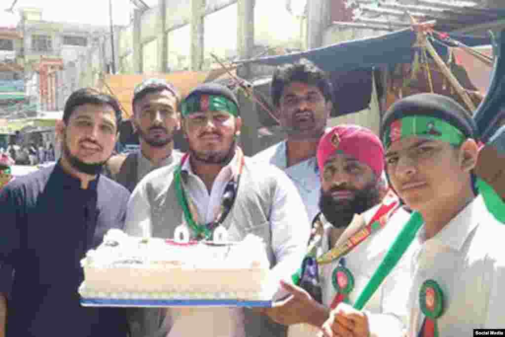 تعدادی از جوانان سیک و مسلمانان با هم سالروز استقلال کشور را جشن گرفتند