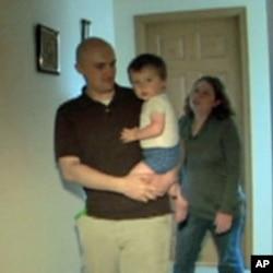 女兵费泽受伤回家后儿子不让妈妈抱了