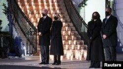 拜登总统和夫人、哈里斯副总统和丈夫悼念美国被新冠病毒夺去生命的50万人。(2021年2月22日)