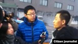 朱瑞峰1月28日应讯后接受守候在派出所外面的媒体采访。 (朱瑞峰)