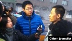 朱瑞峰1月28日應訊後接受守候在派出所外面的媒體採訪。(朱瑞峰提供)