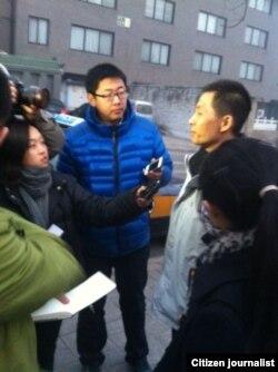 朱瑞峰2013年1月28日应讯后接受守候在派出所外面的媒体采访。