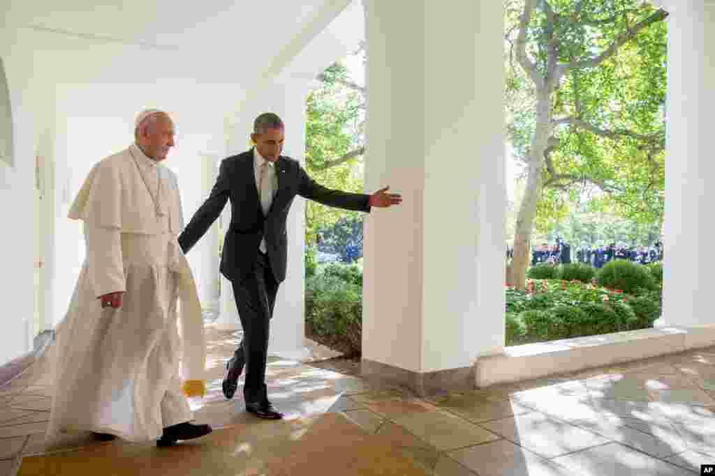 باراک اوباما و پاپ فرانسیس پیش از ملاقات خصوصی با یکدیگر در کاخ سفید.