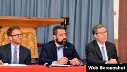 Từ trái sang, các nhà ngoại Mỹ Sean Comber, Kash Ghashghai và Đại Sứ Sam Brownback. Photo: Thanh Phong/Viễn Đông)