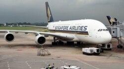 Sebuah pesawat Singapore Airlines Airbus A380 diparkir di landasan pacu di Bandara Internasional Changi di Singapura pada tanggal 24 Oktober 2020. (Foto: AFP/Roslan Rahman)