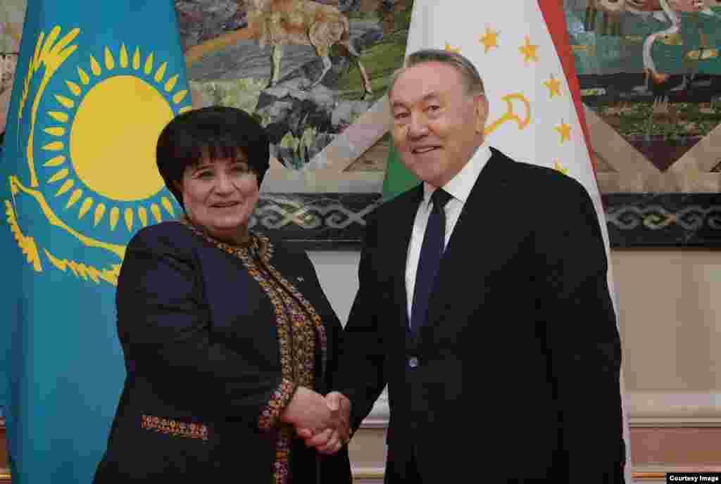 Qozog'iston rahbari Nursulton Nazarboyev Turkmaniston parlamenti raisasi Akja Nurberdiyeva bilan