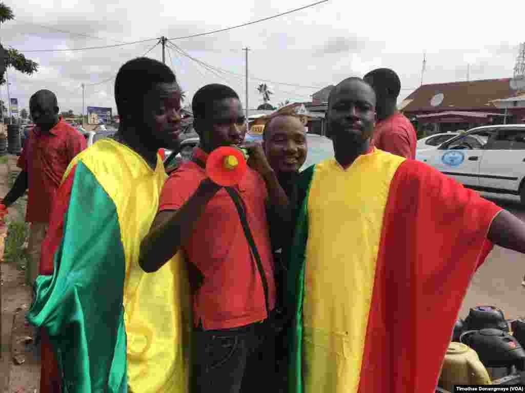 Mashabiki wa Mali katika mji wa Port-Gentil kabla ya mchuano wa timu yao siku ya Jumane Januari 16 2017. (VOA/ Timothée Donangmaye)