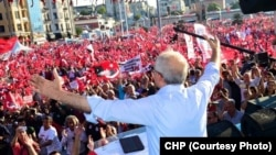 Pemimpin partai oposisi Turki, Kemal Kilicdaroglu, berpidato menegaskan sikap anti kudeta di Istanbul, Minggu (24/7).