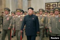 朝中社发布的照片显示朝鲜领导人金正恩和军人参加朝鲜战争停战纪念活动(2014年7月27日)