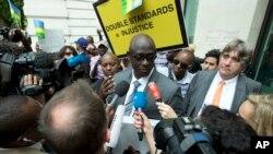 Waziri wa sheria wa Rwanda Busigye Johnstone akizungumza na waandishi wa habari na wafuasi wa Kareke mjini london.