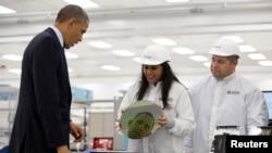奥巴马总统参观德克萨斯州奥斯汀应有材料公司时,硅圆片映射出他的头像。(2013年5月9日)