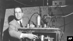 Amerikalı fizikçi Charles Town 1955 yılında icadı olan ilk lazer cihazını gösterirken