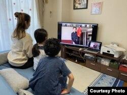 Sebuah keluarga di Jepang menyaksikan pertunjukkan sulap oleh David John secara virtual di tengah pandemi virus corona.