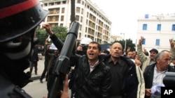 Polisi wa kutuliza ghasia akikutana uso kwa uso na waandamanaji katika mji mkuu Tunis, Tunisia, 18 Jan 2011