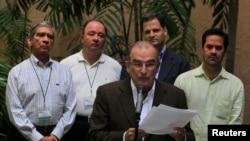 Wakil pemerintah Kolombia melalui perunding Humberto de la Calle (tengah) memberikan keterangan kepada media di Havana (Foto: dok). Pemerintah Kolombia dan pemberontak FARC telah menyepakati reformasi pertanahan, yang merupakan kemajuan besar pertama dalam upaya mengakhiri pemberontakan yang telah berlangsung selama 50 tahun di negara itu.
