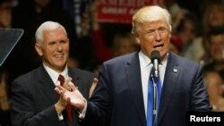 Ông Pence và ông Trump tại một sự kiện.