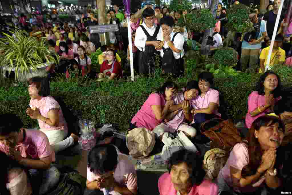 People weep after an announcement that Thailand's King Bhumibol Adulyadej has died, at the Siriraj hospital in Bangkok, Thailand, Oct. 13, 2016.