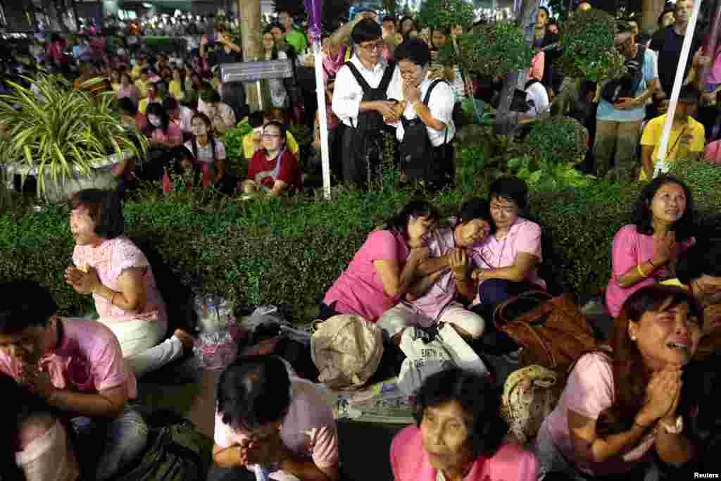 ប្រជាជនទ្រហ៊ោយំ បន្ទាប់ពីមានសេចក្តីប្រកាសថា ព្រះមហាក្សត្រថៃព្រះបាទ Bhumidol Adulyadej សោយទីវង្គត នៅឯមន្ទីរពេទ្យ Siriraj ក្រុងបាងកក ប្រទេសថៃ កាលពីថ្ងៃទី១៣ ខែតុលា ឆ្នាំ២០១៦។