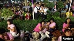 在醫院外聚集的泰國民眾在聽到泰王病逝後哭泣