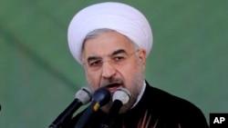 Presiden Iran Hassan Rouhani saat memberikan pidatonya di parade militer tahunan di Teheran, Iran (22/9).