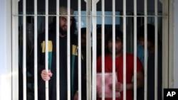 طالبان قیدیوں کی شناخت کے لیے وفد بگرام جیل جائے گا۔ افغان حکومت کے مطابق ابتدائی طور پر 100 قیدی رہا ہوں گے۔ (فائل فوٹو)