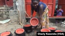 Unité de production des braseros écologiques (Foyer Amelioré) à Goma, le 13 décembre 2016. (VOA/Charly Kasereka)