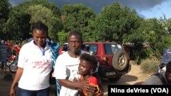 Kadiatu Bangura, 11 ans, qui a survécu à l'Ebola, dans les bras de son frère Emmanuel (VOA)
