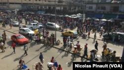 Vue du quartier d'Adjamé, Abidjan, Côte d'Ivoire, le 4 octobre 2016 (VOA/Nicolas Pinault)