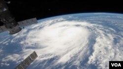 La tormenta se movía hacia el noroeste a unos 10 kilómetros por hora.
