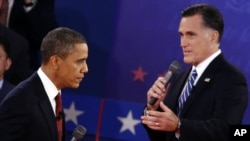 Presiden Barack Obama dan Capres partai Republik Mitt Romney dalam debat Capres kedua di Universitas Hofstra, New York Selasa malam (16/10).