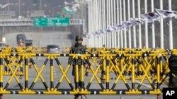 북한이 개성공단 가동을 전면 중단시킨 9일 판문점 인근 통일대교를 지키는 한국군.