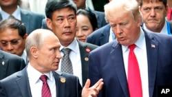 Arhiva - Predsednik SAD, Donald Tramp, i ruski predsednik Vladimir Putin razgovaraju tokom zajedničke foto sesije na samitu APEC-a u Dangangu, Vijetnam, 11. novembra 2017. godine.