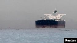 Eron nefti ortilgan tanker Singapur yaqinida. 1-mart, 2012-yil. G'arb sanksiyalari Eronning qora oltin savdosiga ziyon qilmoqda.
