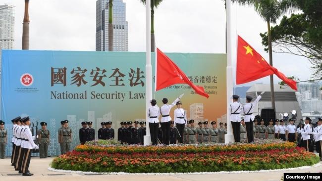 资料照:香港当局在港区国安法颁布数小时后举行回归周年升国旗仪式(香港政府2020年7月1日照片)