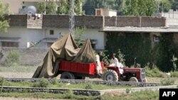 Pakistani kthen pjesët e helikopterit amerikan që u rrëzua gjatë vrasjes së Bin Ladenit