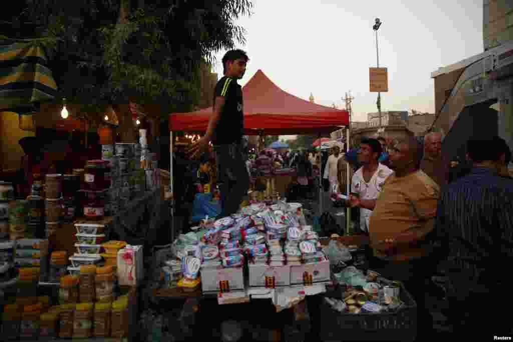 رمضان سے قبل ہی لوگ اس کی روایتی اشیائے خورونوش کی خریداری شروع کر دیتےہیں۔