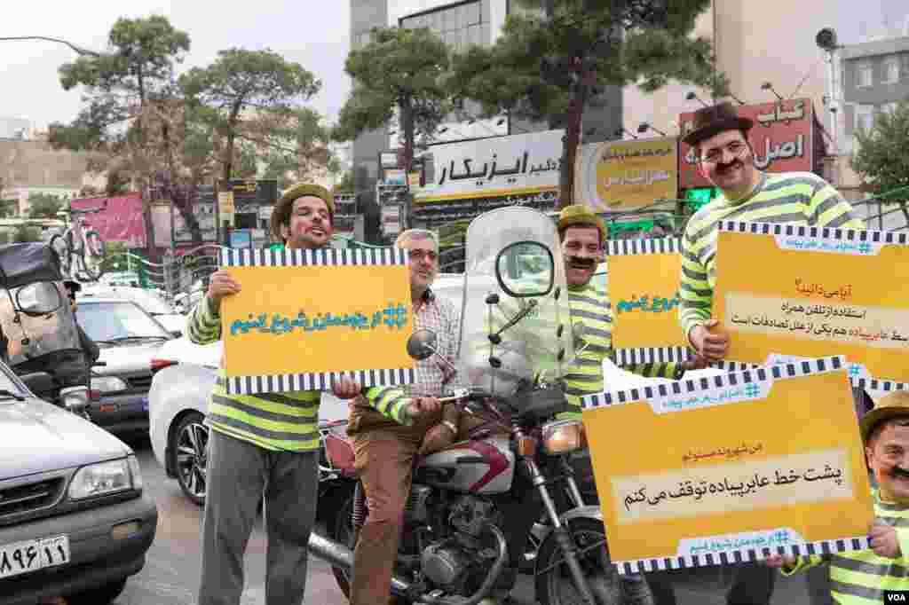 نمایشگران خیابانی در کمپین «از خودمان شروع کنیم» برای اطلاح رفتارهای ترافیکی در تهران تلاش میکنند. عکس: پانتهآ نقوی انارکی (ارسالی از شما)