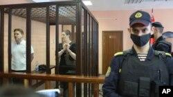 Мария Коленикова и Максим Знак в зале минского суда. 6 сентября 2021