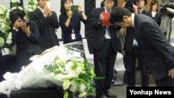 아베 신조 일본 총리가 28일 도쿄도 미나토구 재일본대한민국민단 중앙본부에 설치된 세월호 참사 희생자 추모 헌화대를 찾아와 고개를 숙이고 있다.