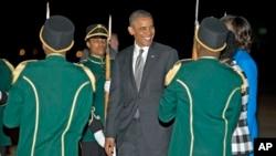 Rais Barack Obama akiwa amewasili Waterkloof Air Base huko Centurion, nchini South Africa, June 28, 2013.