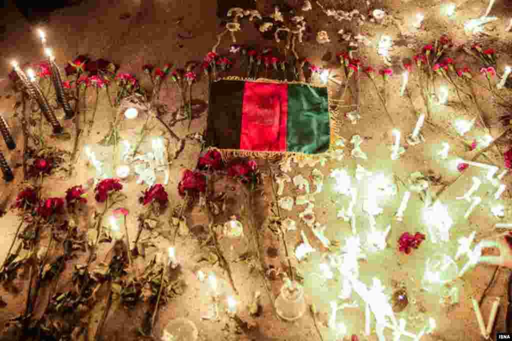 ادای احترام جمعی از شهروندان افغان و مردم مشهد به کشته شدگان حادثه تروریستی کابل عکس: محسن اسماعیل زاده