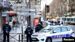 Des policiers dans Paris, 7 janvier 2016