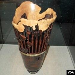 Umjetnički predmet od izrezbarenog drveta