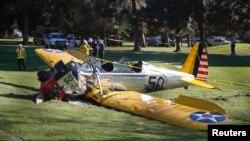 Самолет Харрисона Форда совершил жесткую посадку на поле для гольфа в городе Венецитя в штате Калифорния. 5 марта 2015 г.