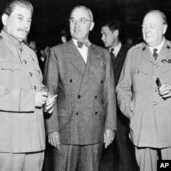杜鲁门总统(中)1945年7月17日与苏联领导人斯大林(左)和英国首相丘吉尔参加波茨坦会议期间