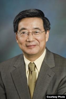 美国西东大学商学院管理系主任尹尊声